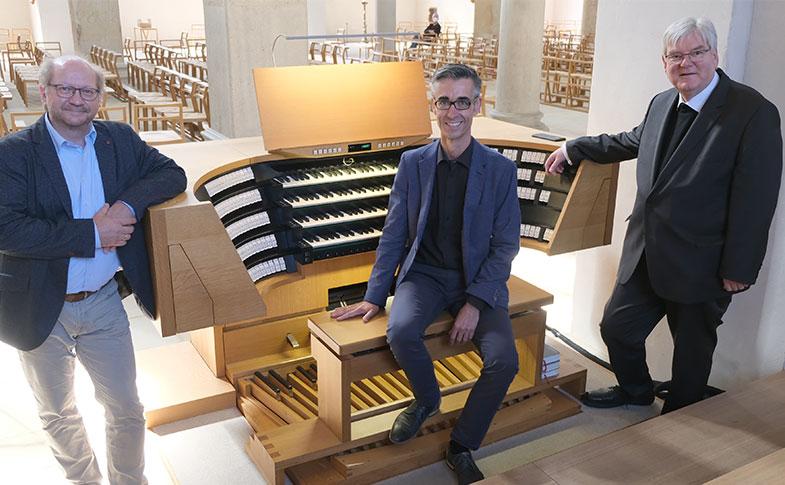 Dommusikdirektor Thomas Viezens (links) und Weihbischof Heinz-Günter Bongartz (rechts) freuen sich über den neuen Hildesheimer Domkantor Michael Čulo. © bph