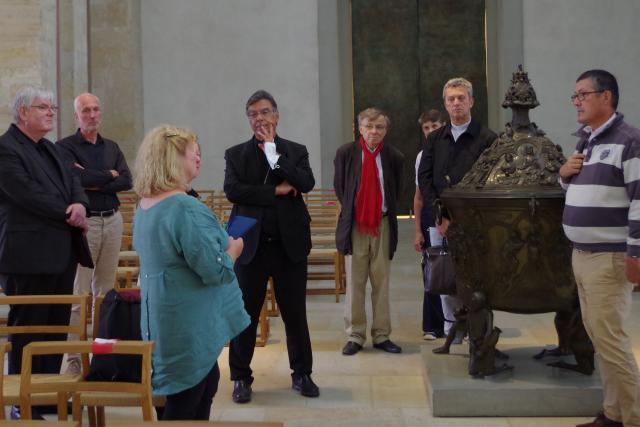 Der Pariser Erzbischof Michel Aupêtit (Mitte) lässt sich mit seiner Expertengruppe von Domdechant Weihbischof Heinz-Günter Bongartz (links) durch den Dom führen. © Deppe / KirchenZeitung