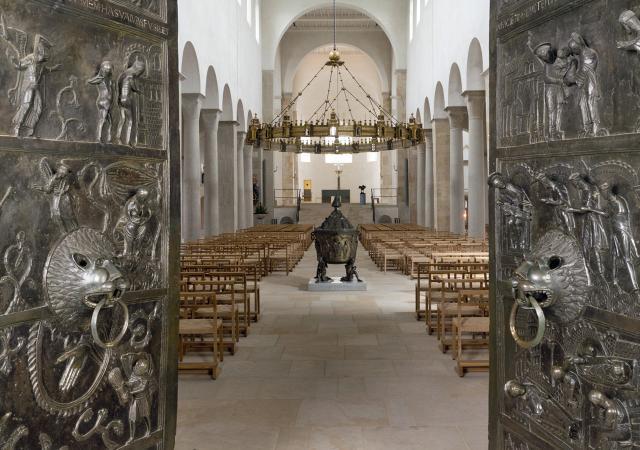Die Bernwardtür des Hildesheimer Doms.