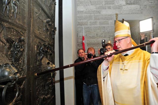 Bischof Norbert Trelle bei der Eröffnung des Hildesheimer Doms.