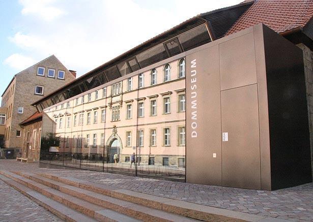 Domfoyer: Der Eingang zum Hildesheimer Dom, das Dommuseum Hildesheim und zum Tausendjährigen Rosenstock